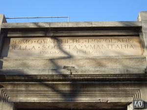 """Il """"frontone"""" all'ingresso delle case dell'Umanitaria di via Solari, a Milano (fonte: Internet, foto di Paolo Mazzo)"""