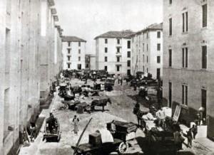 Assegnazione dei lotti abitativi in una foto dell'epoca (courtesy of Parrocchia di Santa Maria del Rosario, via Solari 22, Milano)