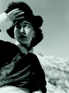 La principessa Pemà a 4000 metri nei pressi del passo Natu, tra Sikkim e Tibet, 1948 di Fosco Maraini (Proprietà Gabinetto Vieusseux © Alinari)