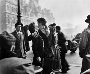 """""""Bacio davanti all'Hotel De Ville"""", Parigi 1950 (Doisneau, tutti i diritti riservati)"""