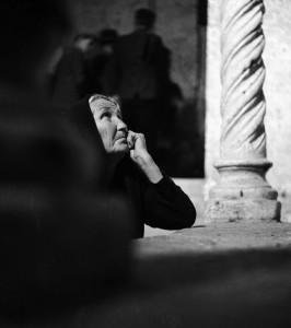 Pellegrina in preghiera, Monte Sant'Angelo, Puglia, 1952 di Fosco Maraini (Proprietà del Gabinetto Scientifico e Letterario G.P. Vieusseux, Firenze © Archivi Alinari, Firenze)