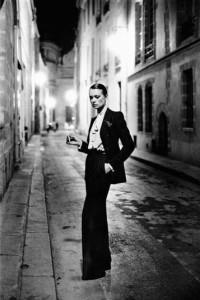"H. Newton per Vogue France, serie ""White women"", Rue Aubriot (courtesy of Helmut Newton Foundation, Berlin)"