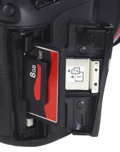 Il doppio slot per card CF e SD sulla EOS 5D MarkIII