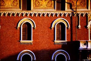 """La """"durezza"""" di una luce radente al tramonto, esaltata da una pellicola """"ipercromatica"""" come la Fujichrome Velvia (ph. A. Lo Torto, Milano 1999)"""