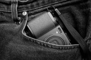 Ricoh GRD IV in una tasca di pantaloni (courtesy of Pinterest)