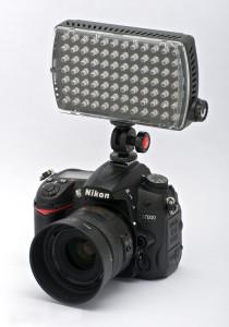 Il grosso ML840H montato in orizzontale su Nikon D7000 (courtesy of nikonblog.cz)