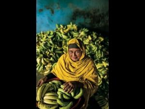 Ph.: J. Richardson - Jessore, Bangladesh. La coltivatrice di banane del Bangladesh Anwara Begum (copyright National Geographic)