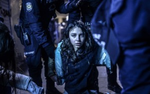 Bulent Kilic/Agence France-Presse, Ragazza ferita durante gli scontri tra polizia e manifestanti a seguito dei funerali di Berkin Elvan a Istanbul, Turchia (courtesy of arte.sky.it)