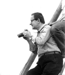 Renato Bazzoni mentre fotografa (© Vittorio Pigazzini)