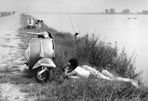 """""""Una domenica all'Idroscalo"""", foto di Mario Cattaneo (anni Sessanta)"""