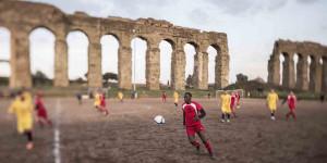 """Francesco Zizola ha fotografato la squadra di calcio """"Atletico Diritti"""", che si compone di migranti, ex-detenuti e studenti universitari"""