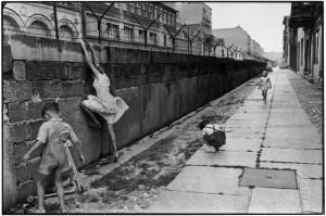 Foto di H. CARTIER-BRESSON. West Berlin. 1962. The Berlin wall.