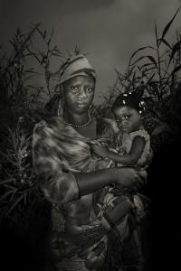 Sankoh Isatu, 30 anni, insieme a sua figlia Kaoiatu, 2. Hanno contratto l'ebola dal marito che si è ammalato a Kenema, mentre lavorava come scavatore. E' morto nel mese di novembre. Entrambe sono state portate al centro di trattamento e infine curate (Foto M. Bonfanti)