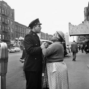 V. Maier, Donna armena litiga con un poliziotto sulla 86th Street, September, 1956. New York, NY, © Vivian Maier/Maloof Collection, (Courtesy Howard Greenberg Gallery, New York)